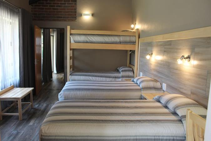 Badplaas, A Forever Resort: 10-Sleeper Guest House. 3 bedrooms (1 queen bed, 2 double beds, 2 single beds & bunker bed)